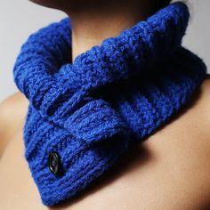 Cuello de lana hecho a mano, con cierre de botones. Esta pieza está pensada para poder abrochar el botón donde más te guste. Buscado y creando un cuello diferente cada vez. También se puede doblar...