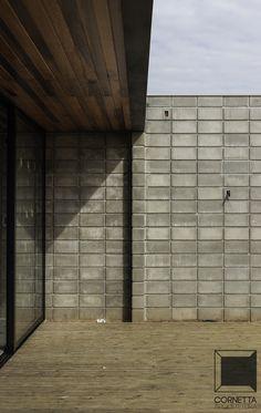 Projeto e execução de casa em estrutura metálica, blocos de concreto aparentes e deck em madeira tratada. #arquitetura #metalica #estruturametalica #loft #blocoaparente #deck