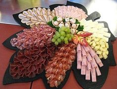 Arrange the cheese plate - Anrichten Party Food Platters, Party Trays, Party Buffet, Party Snacks, Party Appetizers, Meat Trays, Meat Platter, Food Trays, Cheese Trays