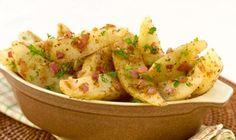 Voici un moyen facile d'ajouter du piquant à votre routine de l'heure du repas! Il suffit de combiner du cumin, de la poudre de chili et des oignons rouges hachés pour créer ces quartiers de pommes de terre aux herbes relevés!