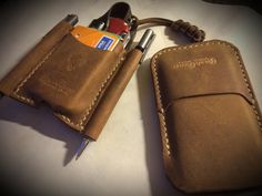 Custom leather EDC kit: iPhone 5 sleeve with front pocket and pocket organizer, ideal to use in the back pocket of your pant with space for credit cards, 2 pens, pocket knife, flash light and money. #edc #leatherwork #bushgear #leather #custom
