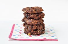 Recipe: Choc overnight oats cookies   1 cup oats 2 tbs each: cocoa powder, chia seeds, ground almonds, chopped dried fruit, nuts/seeds, syrup of choice* ½ tsp vanilla or cinnamon to taste 1 cup water, juice or non-dairy milk --------  1 banana- mashed
