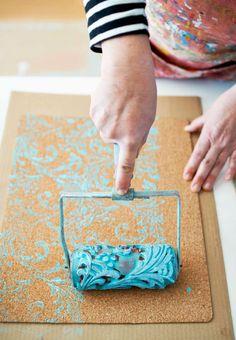 Customisez des sets de table avec un rouleau décoratif.