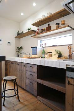 パイン材とタイルで造作した壁付けキッチン。 飾り棚もつくったので、お気に入りの食器や雑貨を飾ってディスプレイも楽しめるようにしました。 2階キッチンなので、窓の高さも周囲の視線を気にせずとることができました。
