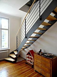 Aus zwei Wohnungen macht die Wangentreppe WAT 3000 eine wunderschöne Maisonettewohnung in einem Berliner Mietshaus. Wohnen auf zwei Ebenen ist mehr als oben und unten.