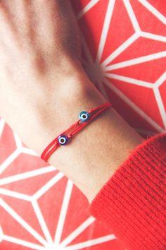 evil eye string bracelet / red string by Cestbonpourcquetas