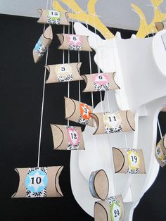 calendrier de l'Avent Réutilisez vos rouleaux cartons de papier toilette ! rendu un peu classe Christmas Events, Office Christmas, Christmas Holidays, Christmas Crafts, Xmas, Christmas Ideas, Diy For Kids, Gifts For Kids, Diy Advent Calendar