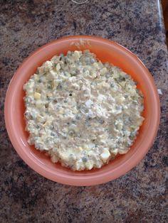 Sałatka z pieczarkami. Słoik marynowanych pieczarek pokroić w kostke, Puszka zielonego groszku, 5 gotowanych jajek pokroić w kostke, S/P,majonez. Wszystko razem wymieszać.