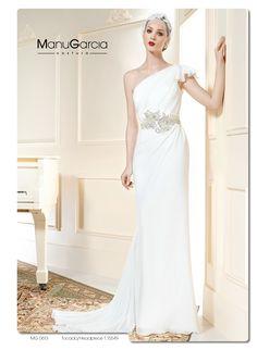 Vestido en chiffon de estilo griego asimétrico, original espalda en tul invisible con aplicaciones de guipur, gran aplicación inspiración vintage en cintura