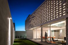 Completed in 2015 in Aguascalientes, Mexico. Images by Oscar Hernández. Is a Project that looks to respond in a synthetic and continent way to the challenges and approaches that have been asked by the users, looking for...