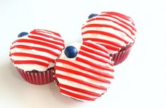 flag cupcake, fourth of July cupcake, USA cupcake.  hardest part of these cupcakes will be finding the string licorice