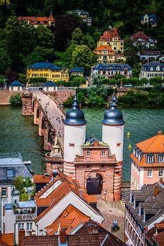 Bridge tower at the end of the old bridge - Heidelberg, Germany TENEMOS UN MUNDO TAN BELLO Y LO HEMOS HECHO ADMIRABLE, CUIDEMOSLO.