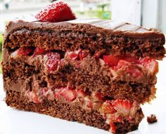 Chocolate cake with strawberry filling. Köstliche Desserts, Delicious Desserts, Yummy Food, Sweet Recipes, Cake Recipes, Party Cakes, Chocolate Recipes, Chocolate Cake, Cupcake Cakes