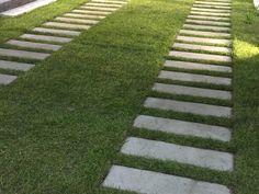 Grasslines van ebema.nl, ook voor oprit. Tegels van 60x40 met twee betonstroken en een open deel voor gras of split.