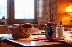 Frühstück ist angerichtet in unserer original Walserstube #frühstück #gatterhof Tableware, Kitchen, Single Bedroom, Dinnerware, Cooking, Tablewares, Kitchens, Dishes, Cuisine