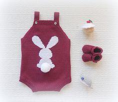 Fofo liso com coelho bordado à mão e pompom .O coelho pode ser bordado na frente ou nas costas, basta escolher e colocar como nota.  Ref: FF58  Veja aqui o catálogo de cores.