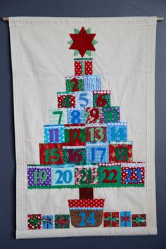 Christmas Advent Calendar with pockets. by KristmasKreations Christmas Advent Calendar with pockets. by KristmasKreations Christmas Runner, Christmas Makes, Felt Christmas, Christmas Projects, Xmas, Fabric Advent Calendar, Diy Calendar, Scrap Quilt, Quilts