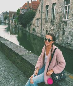 When in Bruges ⛅ #bruges #belgium #pink #bernadette #handmade #ripped #jeans #pink #pompom #bakker #madewithlove #handbag #boxer #braids #round #green #sunglasses #ootd #outfit #fashion #fancy #juanino #enyapardon