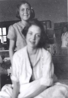 Bergen Belsen, Alemania, los catorce años de edad Hannah Sachsel con su hermana Eva (en la espalda) en el hospital del campo, 1945 Hannah y Eva llegó al campamento de Checoslovaquia. Hannah murió de tifus poco después de que se tomó la fotografía.