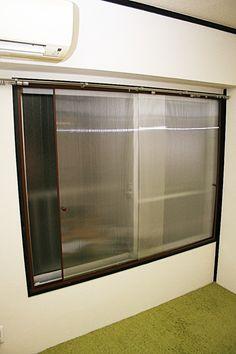 窓からの冷気が厳しい季節ですね。二重窓があれば随分違いますが、後付けの二重窓は商品代だけでもウン万円、さらに取り付け費用を考えるとなかなかの出費です。そこで、今回はホームセンターにあるポリカーボネートを材料にした、DIY二重窓にチャレンジしてみることにしましょう♪費用は1つの窓あたり1万円もかからず、かなりの断熱効果を発揮してくれますよ。 Bathroom Medicine Cabinet, Home Diy, Home, Cleaning, Windows, Diy And Crafts, House, Kitchen Appliances, Divider