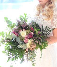 Leśny bukiet w odcieniach fioletu pasuje do ślubów rustykalnych, odbywających się pod koniec lata lub na początku jesieni.