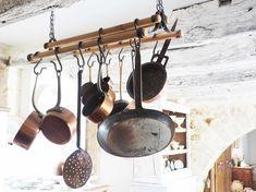 Stel je voor! Je rijdt een typisch frans dorpje in waar de beste bakker van de Dordogne zit! En wat blijkt, achter de bakkerij staat een huis vol met schatten. En dat huis mocht ik fotograferen. Eerst een rondje door het huis en daarna even laten bezinken wat ik allemaal zag. Het vakantie huis is …