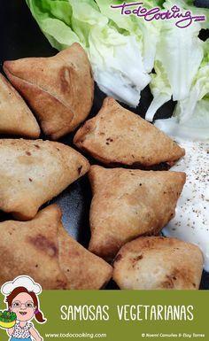 Tentempiés clásicos de la cocina India son estas samosas vegetarianas preparadas con masa casera, perfectas para una cena o comida original. #receta #samosas #vegetarianas