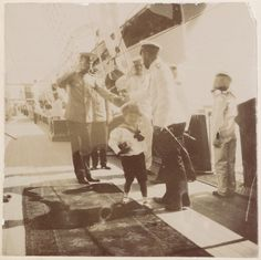 Tsarevich Alexei Nikolaevich com seu pai o Tsar Nicholas II e outros officers a bordo do Imperial Yacht Standart em 1908.