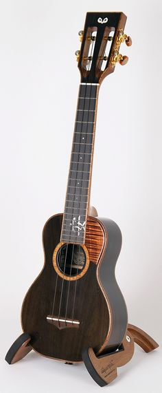 오울공방 OulCraft custom Supersoprano #LardysUkuleleOfTheDay #Ukulele ~ https://www.pinterest.com/lardyfatboy/lardys-ukulele-of-the-day/ ~ no idea what the Korean says!