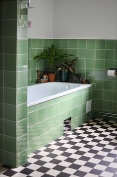 Funkis inkaklat badkar. Green tile bathroom
