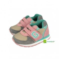 Si tu niña comienza a poner los pies en el suelo necesita comenzar a usar calzado con suela. Estos deportivos para comenzar a caminar de Gioseppo combinan moda y comodidad para la guardería Del 20 al 24