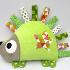 fabric toys 67 Ideas Knitting Projects Toys Baby For 2019 Baby Sewing Projects, Sewing For Kids, Knitting Projects, Quilt Baby, Animal Sewing Patterns, Stuffed Animal Patterns, Fabric Toys, Fabric Scraps, Sewing Toys