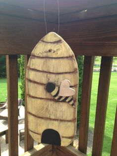 Primitive Beehive Wooden Beehive Handmade by PrimitiveStateofMind, $14.00 Wooden Projects, Woodworking Projects Diy, Wooden Crafts, Craft Projects, Bee Crafts, Arts And Crafts, Fall Craft Fairs, Branch Decor, Pintura Country