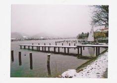 Fotopostkarte-verschneiter-Steg-mit-Segelboot