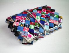 filofax i flet Recycled Magazine Crafts, Plastic Bag Crafts, Beaded Bags, Woven Bags, Candy Wrappers, Old Magazines, Recycled Art, Upcycle, Diy And Crafts