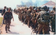 South African paratroopers assemble to counter an anticipated Cuban/Angolan attack in Cassinga, Angola. Military Life, Military History, Airborne Ranger, South African Air Force, Parachute Regiment, Army Day, Defence Force, War Photography, Paratrooper