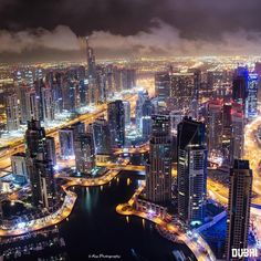 🔴 Discover Webtalk, a social network that recognises you and pays you for your presence that of your guests by clicking Dubai Travel Guide, Travel Guides, Photo Credit, New York Skyline, Lifestyle, Entrepreneur, Travel Photography, Villa, Landscape