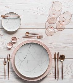 Beautiful Rose Gold table setting that's so simple, chic and stunning