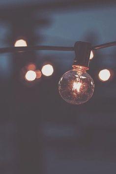 Una bombilla a base de electricidad,y cuando hay un apagón no hay esperanza de luz.