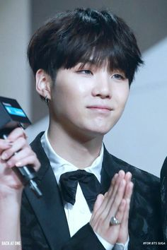 """•161202 BTS' SUGA @ MAMA 2016    They won """"Best dance performance male group"""" and Daesang """"ARTIST OF THE YEAR"""""""