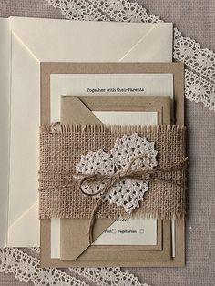 Se você pretende usar um kit de papelaria em vez de um convite de casamento simples, usar tecidos de juta é uma ótima pedida! Use detalhes em renda e tons pastéis para trazer delicadeza ao conjunto.