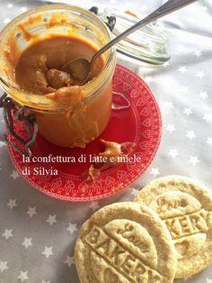 """""""Fragole a merenda"""" è arrivato a casa di Silvia con Babbo Natale. Lei l'ha subito aperto, e si è fermata a pagina 82 per una prima ricetta: """"Confettura di latte e miele""""... e biscotti a piacere!  #quifragoleamerenda"""