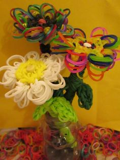 Rainbow Loom Flower Pencil Topper and Pencil Grip. Machines et élastiques : http://www.creactivites.com/268-elastiques-loom