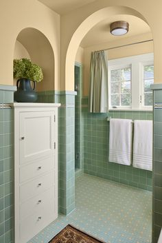 Restored to its 1928 former glory When this Mediterranean Villa-style house burned, the loss to the family was painful and disorientating. Art Deco Bathroom, Small Bathroom, Bathroom Built Ins, Retro Bathroom Decor, Bathroom Colors, Bathroom Ideas, Bad Inspiration, Bathroom Inspiration, Mediterranean Villa