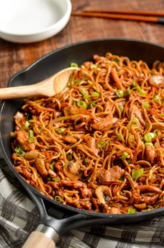 Delicious Ginger Chicken with Mushrooms and Noodles - ready from wok to bowl in less than 30 mins. Slimming World and Weight Watchers friendly Slimming World Dinners, Slimming World Recipes Syn Free, Slimming Eats, Slimming World Noodles, Wok Recipes, Chicken Recipes, Cooking Recipes, Healthy Recipes, Chicken Meals