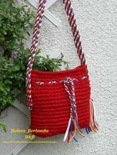 RJ01. Bolso color Rojo para llevar colgado del hombro o tipo bandolera. Está forrado con dos bolsillos interiores y el cierre es con cremallera.