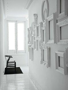 Toujours avec l'idée de rester original, tout en maintenant l'exigence de l'élégance, utiliser des cadres, des miroirs ou des tableaux pour décorer les mur