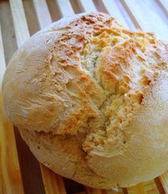 Hoy os presentamos una receta fácil de pan, de esas que sirven para comenzar la elaboración casera de panes y que apenas tienen complicación.