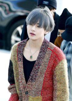 I say Snow White is a prince, who's also known as Kim Taehyung. Kim Taehyung Hot, Namjoon, Yoongi, Hoseok, Taehyung Gucci, Jimin, Bts Bangtan Boy, Daegu, Foto Bts
