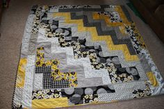 Kenda's Crafts: Gray and Yellow Zig-Zag Quilt